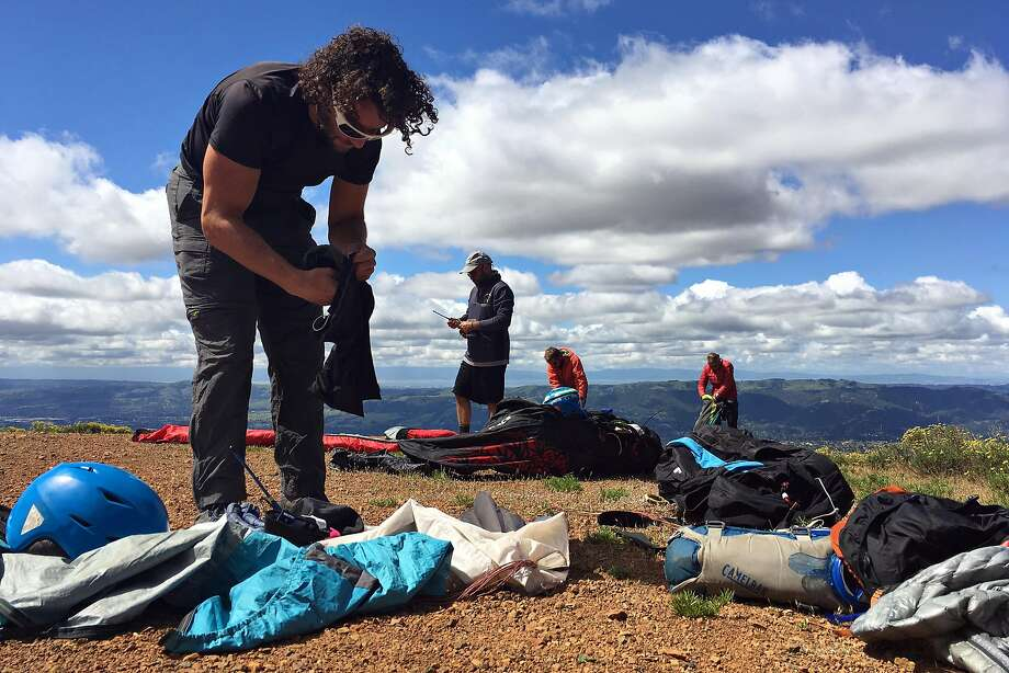 Four paragliders, including Evan Cohen, prepare their rigs for a flight from Mount Diablo. Photo: Gregory Thomas/The Chronicle