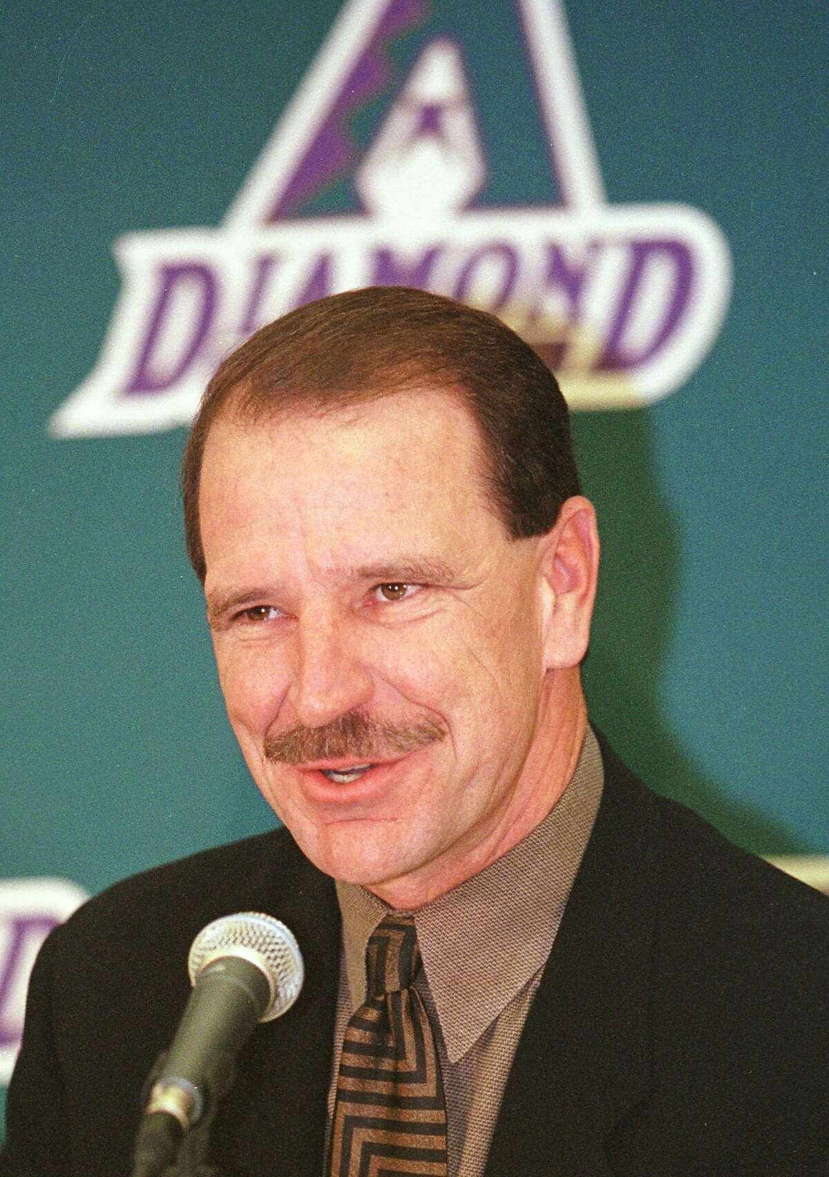 Bob Brenly, 46, a broadcaster and former major league catcher, speaks to a packed Arizona Diamondbacks clubhouse Monday, Oct. 30, 2000, in Phoenix. Brenly, signed as the team's new manager, received a three-year contract worth $2 million, with a fourth year at the club's option. (AP Photo/Jason Wise) HOUCHRON CAPTION (10/31/2000)(02/12/2001): Brenly. HOUCHRON CAPTION (05/10/2001):