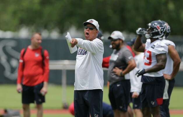 Houston Texans head coach David Culley talks to his players during an OTA practice at the Houston Methodist Training Center on Thursday, June 3, 2021, in Houston. Photo: Godofredo A. Vásquez, Staff Photographer / © 2021 Houston Chronicle