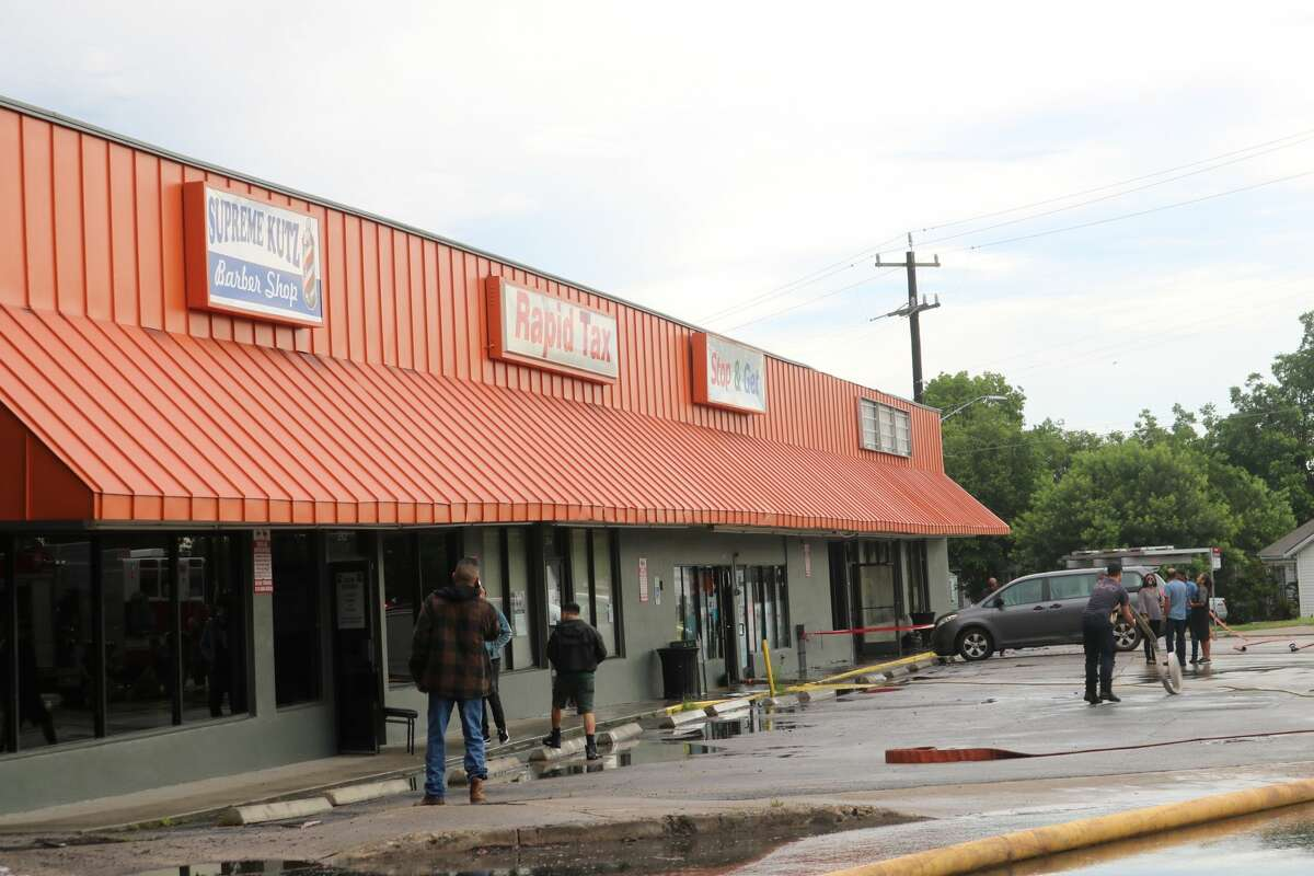 A fire at a smallstrip mall on the corner of South New Braunfels and Steves Avenue caused part of its roof to collapse Thursday afternoon.