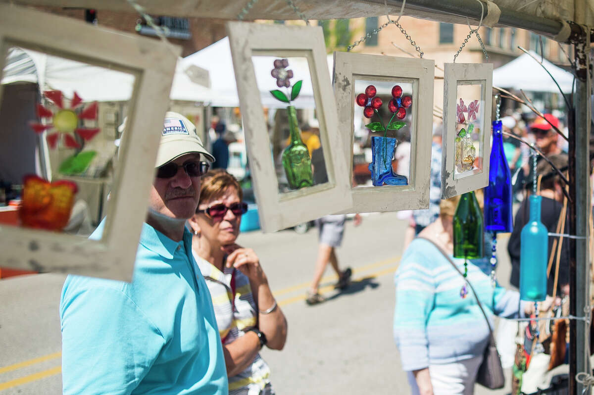Hundreds of people enjoy live music, browse vendors and watch artists paint murals during the Summer Art Fair Saturday, June 5, 2021 in downtown Midland. (Katy Kildee/kkildee@mdn.net)
