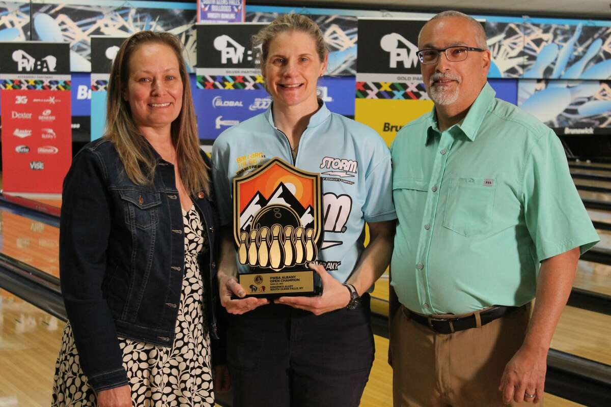 Kelly Kulick, center, winner of the 2021 PWBA Albany Open, holds the trophy with Kingpin's Alley proprietors Alison Bohannon, left, and Doug Hohannon. (Kurtis von Krueger/PWBA)