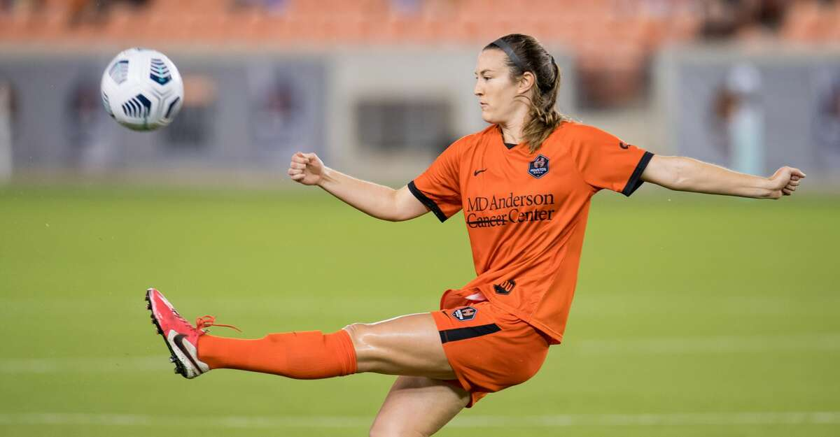 Katie Naughton #25 of the Houston Dash controls the ball during a game between Portland Thorns FC and Houston Dash at BBVA Stadium on May 2, 2021 in Houston, Texas. (Photo by Trask Smith/ISI Photos/Getty Images)
