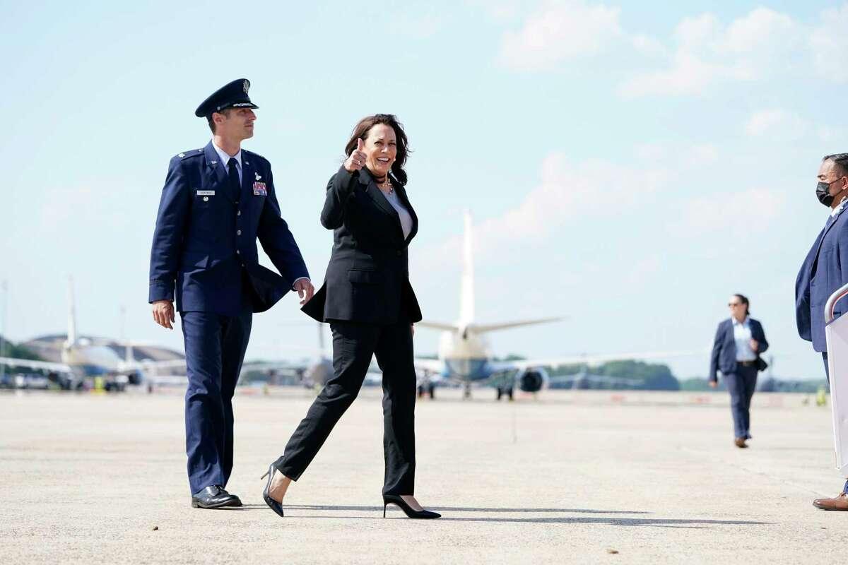 Escoltada por el teniente coronel de la Fuerza Aérea de los Estados Unidos Neil Senkowski, la vicepresidenta Kamala Harris aborda el Air Force Two cuando abandona la Base de la Fuerza Aérea Andrews, Maryland, el domingo 6 de junio de 2021, en ruta a la ciudad de Guatemala. Poco después, el avión fue devuelto a la Base de la Fuerza Aérea debido a un problema técnico.