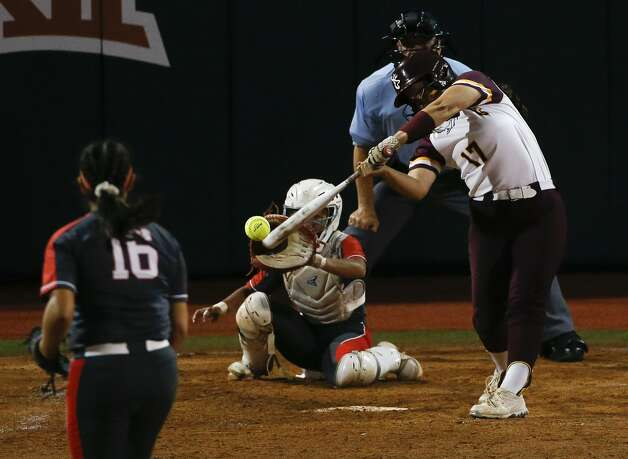 Erin Perez #17 of Deer Park comes up with the game-winning RBI single during the sixth inning of the Class 6A UIL state championship at Red & Charline McCombs Field, Saturday, June 5, 2021, in Austin. Photo: Jason Fochtman/Staff Photographer / 2021 © Houston Chronicle