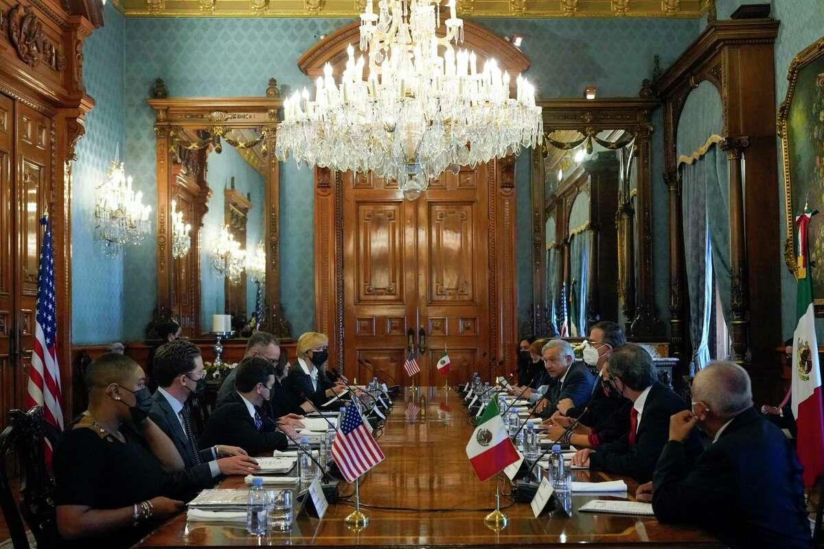 La vicepresidenta de Estados Unidos Kamala Harris y el presidente mexicano Andrés Manuel López Obrador encabezan una reunión bilateral el martes 8 de junio de 2021 en el Palacio Nacional en la Ciudad de México.