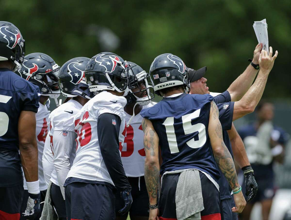 Houston Texans special teams coordinator Frank Ross, right, talks with players in between kickoffs during an OTA practice at the Houston Methodist Training Center on Thursday, June 3, 2021, in Houston.