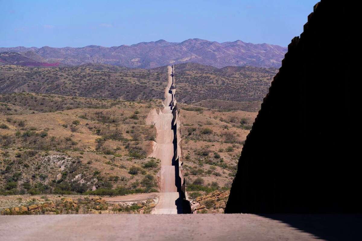Un nuevo muro fronterizo se extiende por el paisaje cerca de Sasabe, Arizona, el miércoles 19 de mayo de 2021.
