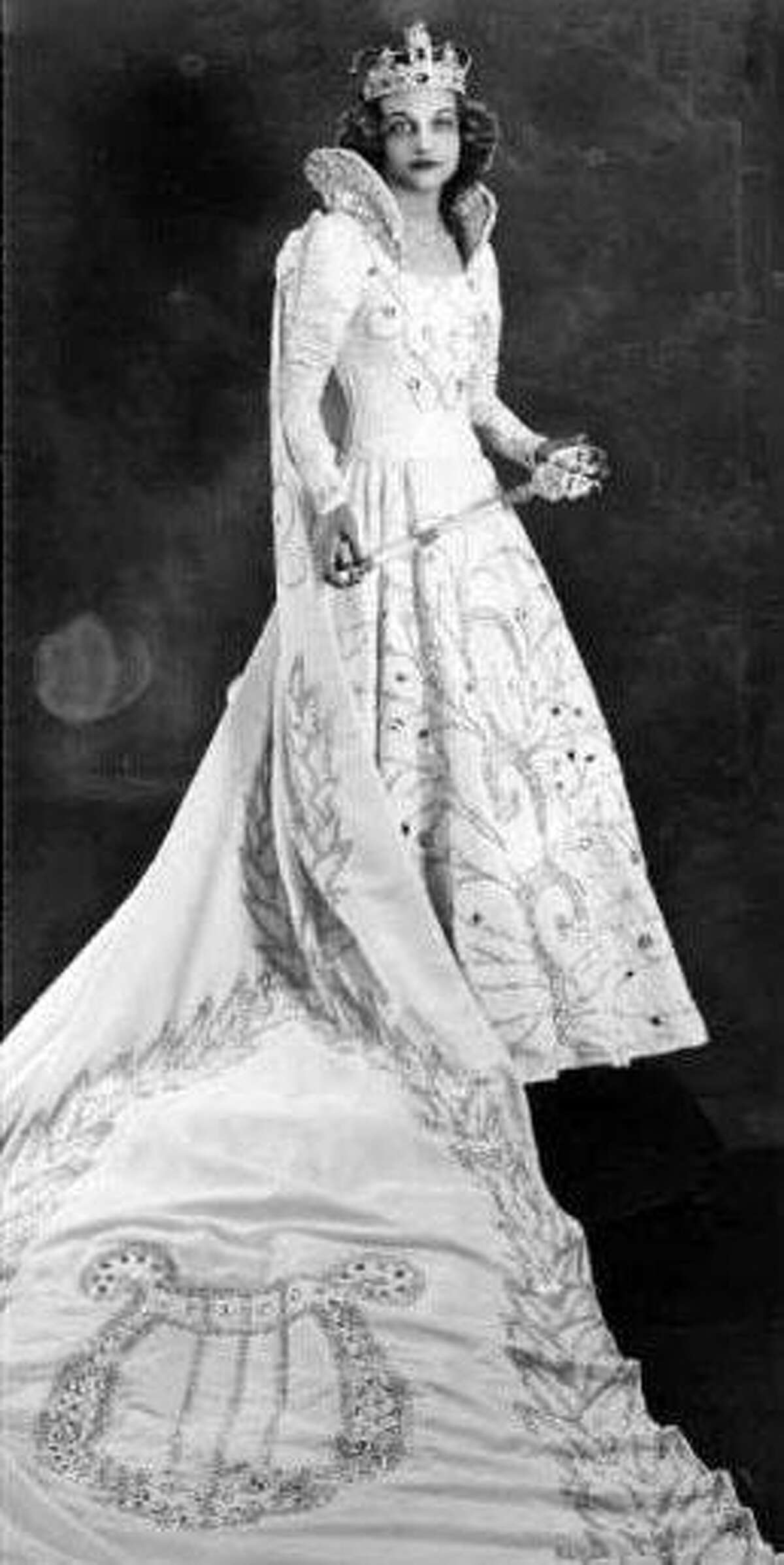 Anne Elizabeth Wright was Queen of the Order of the Alamo the year before she married Gordon Custer Leland, who trained in San Antonio as an Army Air Corps pilot.