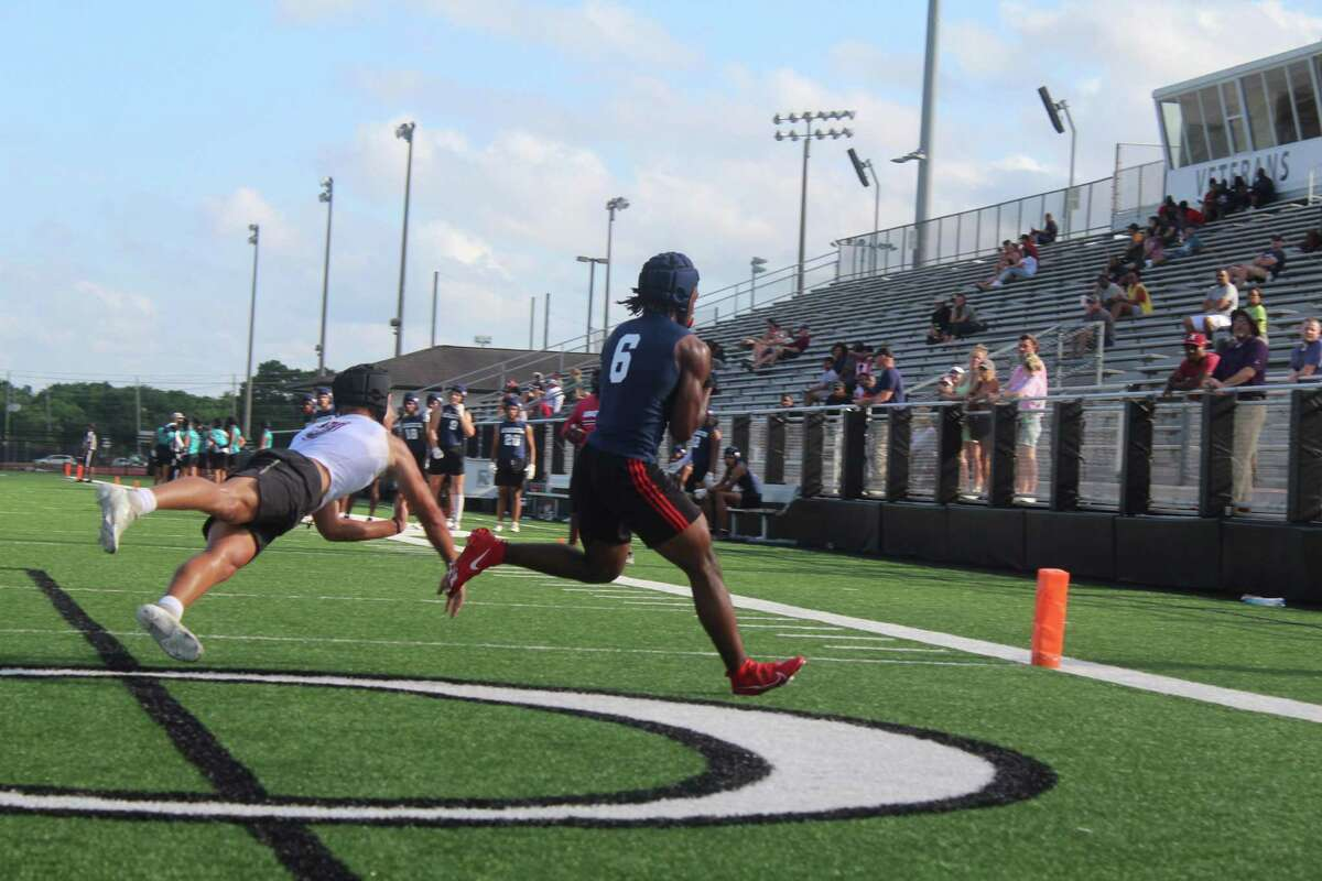 Atascocita running back Tyras Winfield catches a touchdown pass from Gavin Session at the Dickinson 7on7 state quailfer.