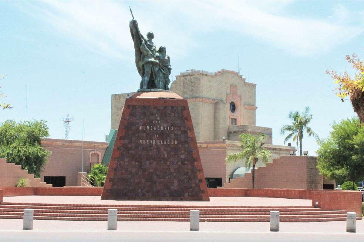 Imagen del Monumento a Los Fundadores en en su ubicación actual frente al Palacio Municipal sobre la calle Guerrero en Nuevo Laredo, México. La Ciudad Hermana llega a su aniversario número 173.