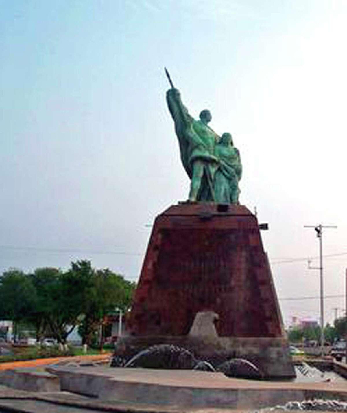 Imagen del Monumento a Los Fundadores en el crucero de avenida Reforma y avenida César López de Lara, al sur de Nuevo Laredo, México, antes de ser trasladada a su ubicación frente al Palacio Municipal sobre la calle Guerrero. Nuevo Laredo celebra hoy su 173 aniversario.