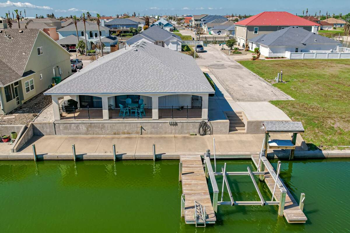 The average price of homes in Rockport is between $300,000 and $800,000.