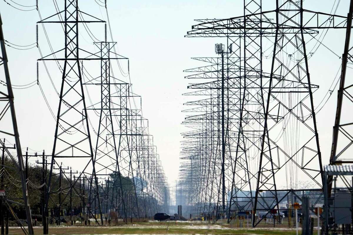 ARCHIVO - Esta fotografía de archivo del martes 16 de febrero de 2021 muestra torres de distribución de electricidad en Houston.