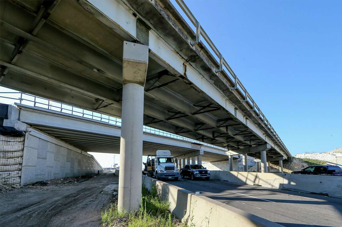 The highway bridge at Interstate 10 and Old Highway 87, left, known as the Main Street Bridge in Boerne, on Wednesday. Demolition of the bridge has been delayed for a few more weeks because nests of cliff swallows, a migratory bird, have been found underneath.