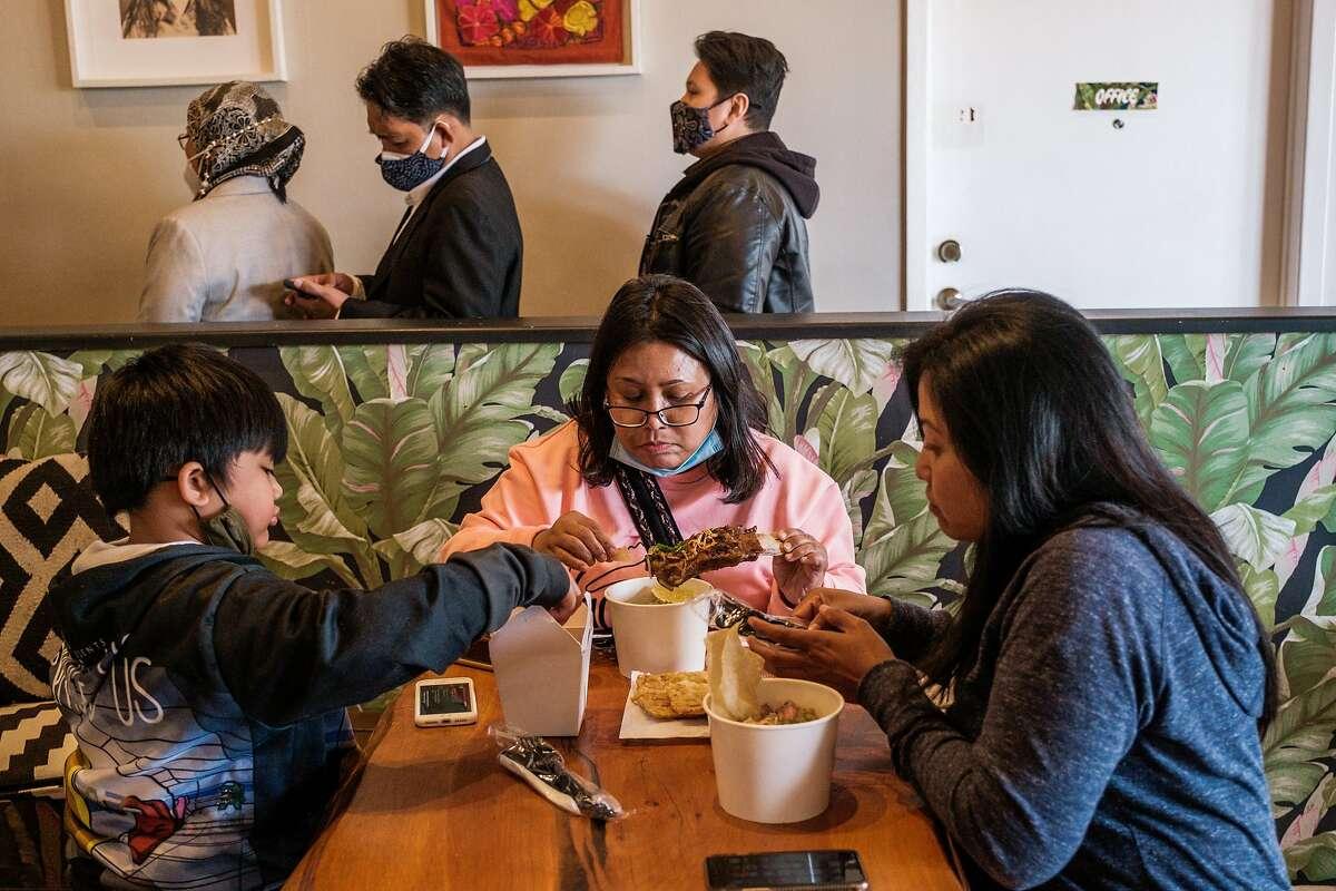 Dino, 9, Natalie dan Ayu adalah S.F.  D'Grobak makan pop-up untuk D-Grobak, pop-up paxo (sup mie bakso Indonesia) yang beroperasi dari dapur komersial di Richmond.