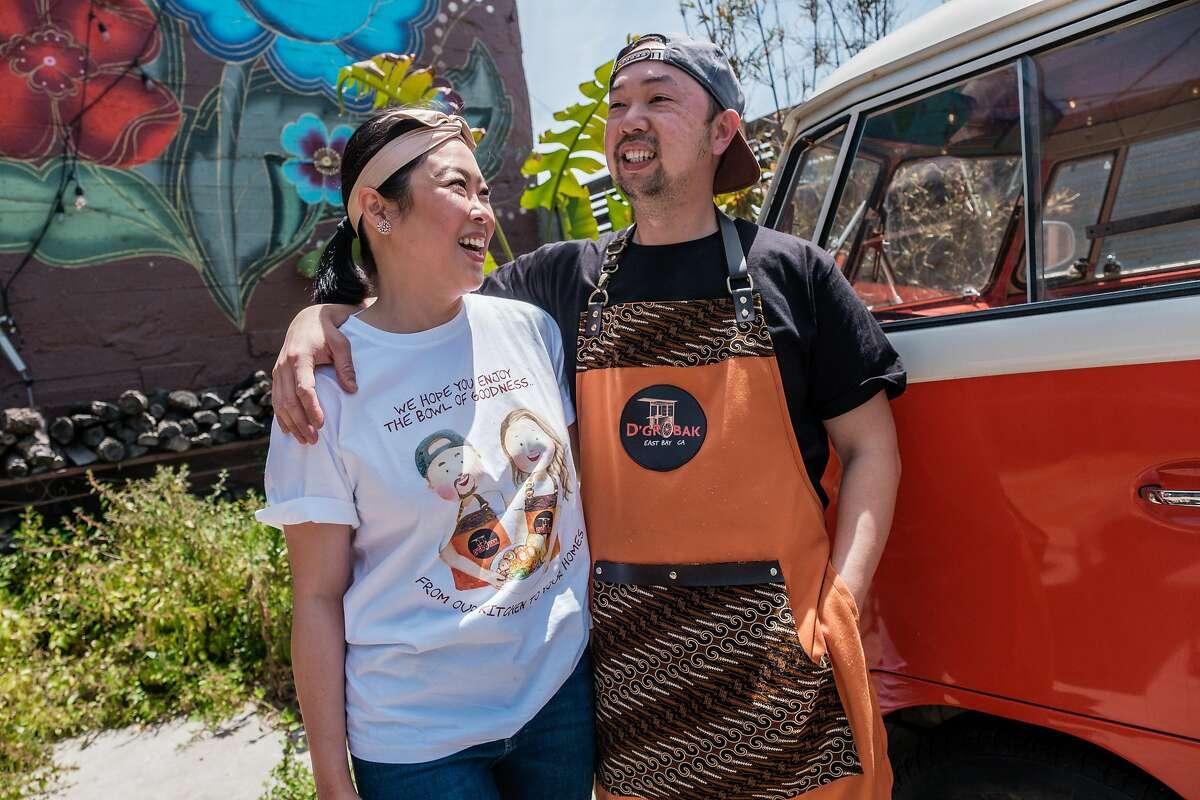 Christina Lim (kiri) dan Johannes NG di acara pop-up untuk bisnis mereka, D'Grobac, di San Francisco.  D'Grobak adalah pop-up soba (sup mie bakso Indonesia).