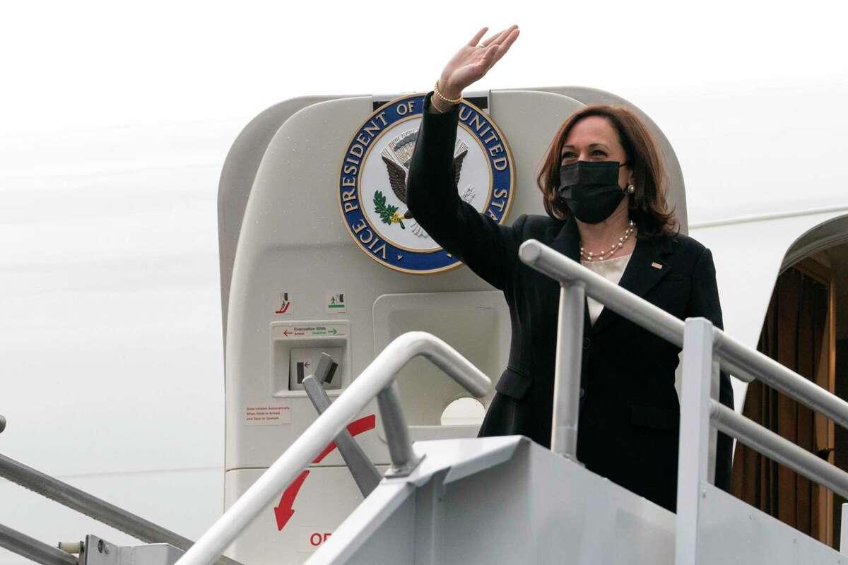 La vicepresidenta de Estados Unidos Kamala Harris aborda el avión vicepresidencial el martes 8 de junio de 2021 rumbo a Washington desde la Ciudad de México para concluir su primera gira internacional en el cargo.