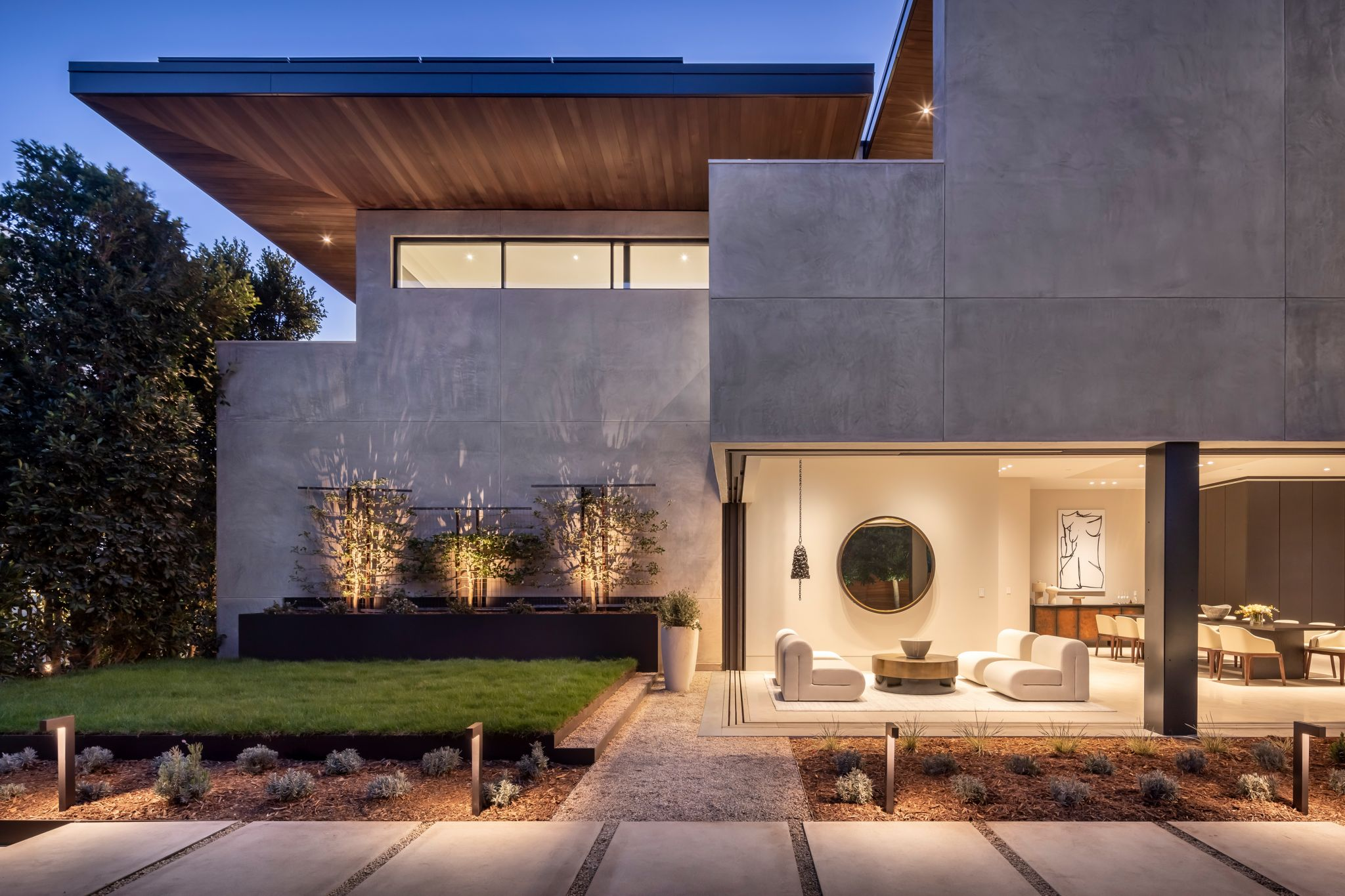 Here is a view of the angular design at dusk, as well as the elements that merge the indoors with the outdoors.