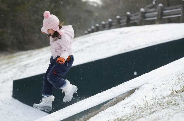 Zoey Bodkin jumps off a ledge onto snow after winter weather covered the Greater Houston area, Monday, Feb. 15, 2021, in Kingwood. Photo: Jason Fochtman/Staff Photographer / 2021 © Houston Chronicle