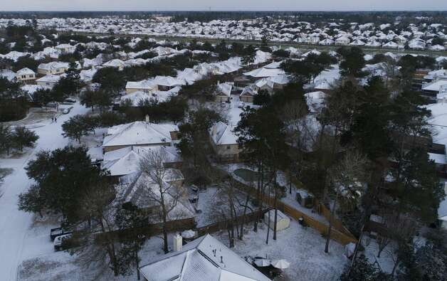 Snow and ice are seen on homes, Monday, Feb. 15, 2021, in Kingwood. Photo: Jason Fochtman/Staff Photographer / 2021 © Houston Chronicle
