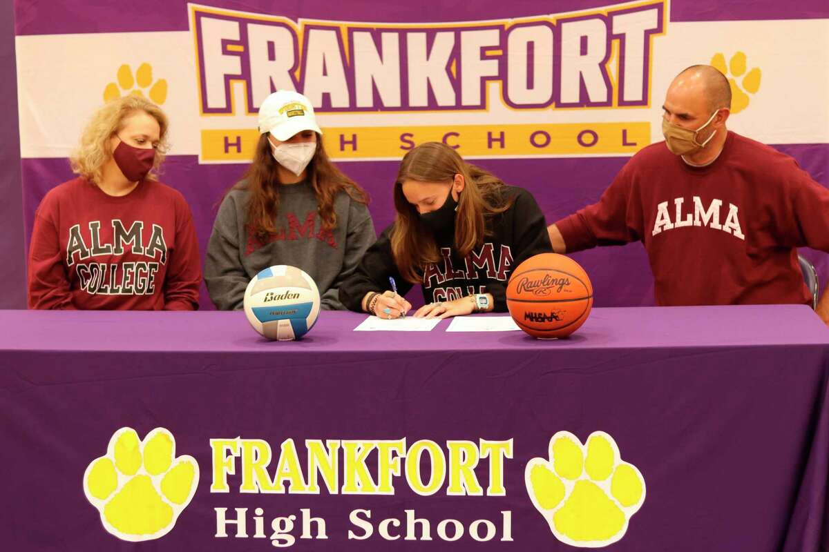 Reagan Thorr signs her letter of intent to compete in volleyball and basketball at Alma College on May 20. (Robert Myers/Record Patriot)