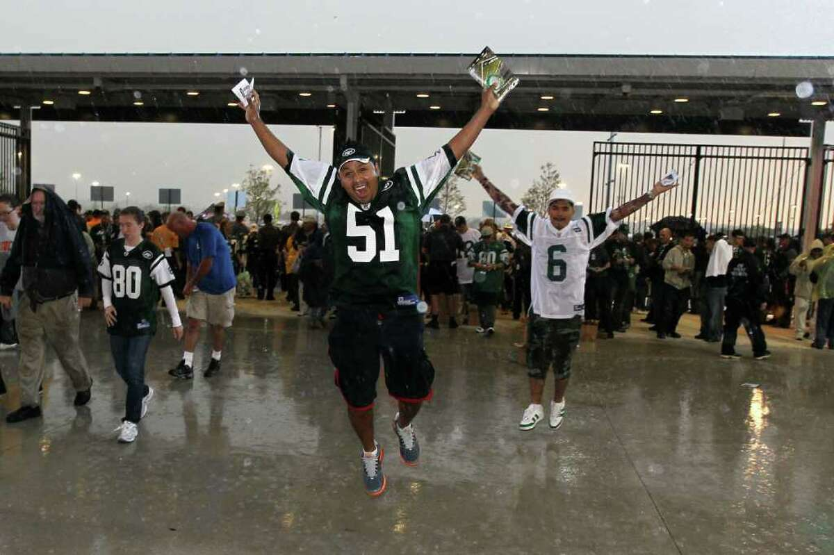 EAST RUTHERFORD, NJ - SEPTEMBER 13: Rain falls on Jets fans as they enter the west gate to watch the New York Jets play against the Baltimore Ravens prior to the home opener at the New Meadowlands Stadium on September 13, 2010 in East Rutherford, New Jersey. (Photo by Jim McIsaac/Getty Images)