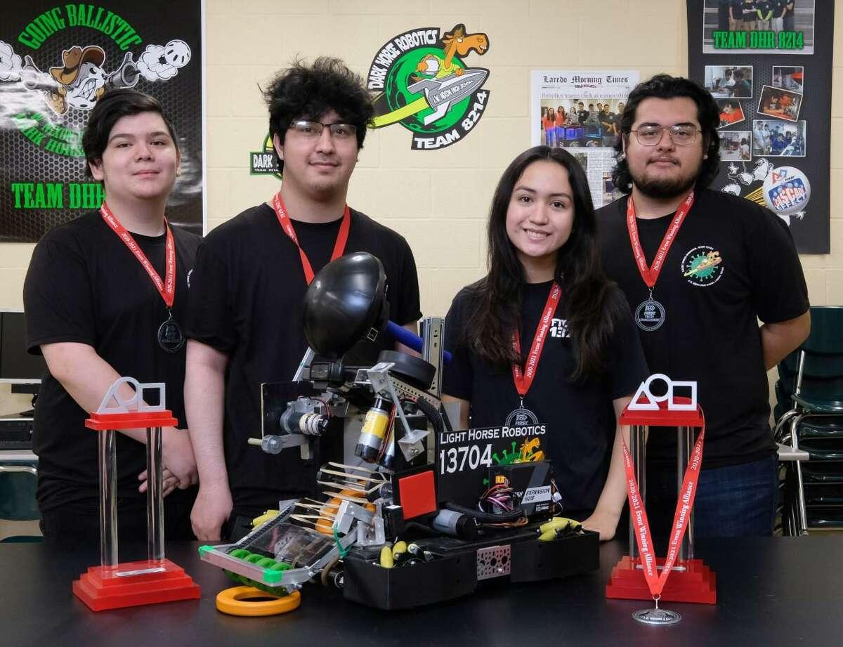 Jason Gámez, Jessie Bryand, Daniella Caballero e Isaías Rosales son los integrantes del Equipo de Robótica Light Horse que ganó el Campeonato de Robótica de la Primera División de UIL del estado de Texas.