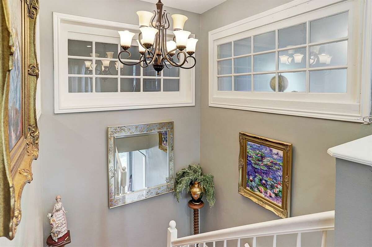 El segundo piso tiene su propia cocina y se accede a través de una obra maestra arquitectónica.