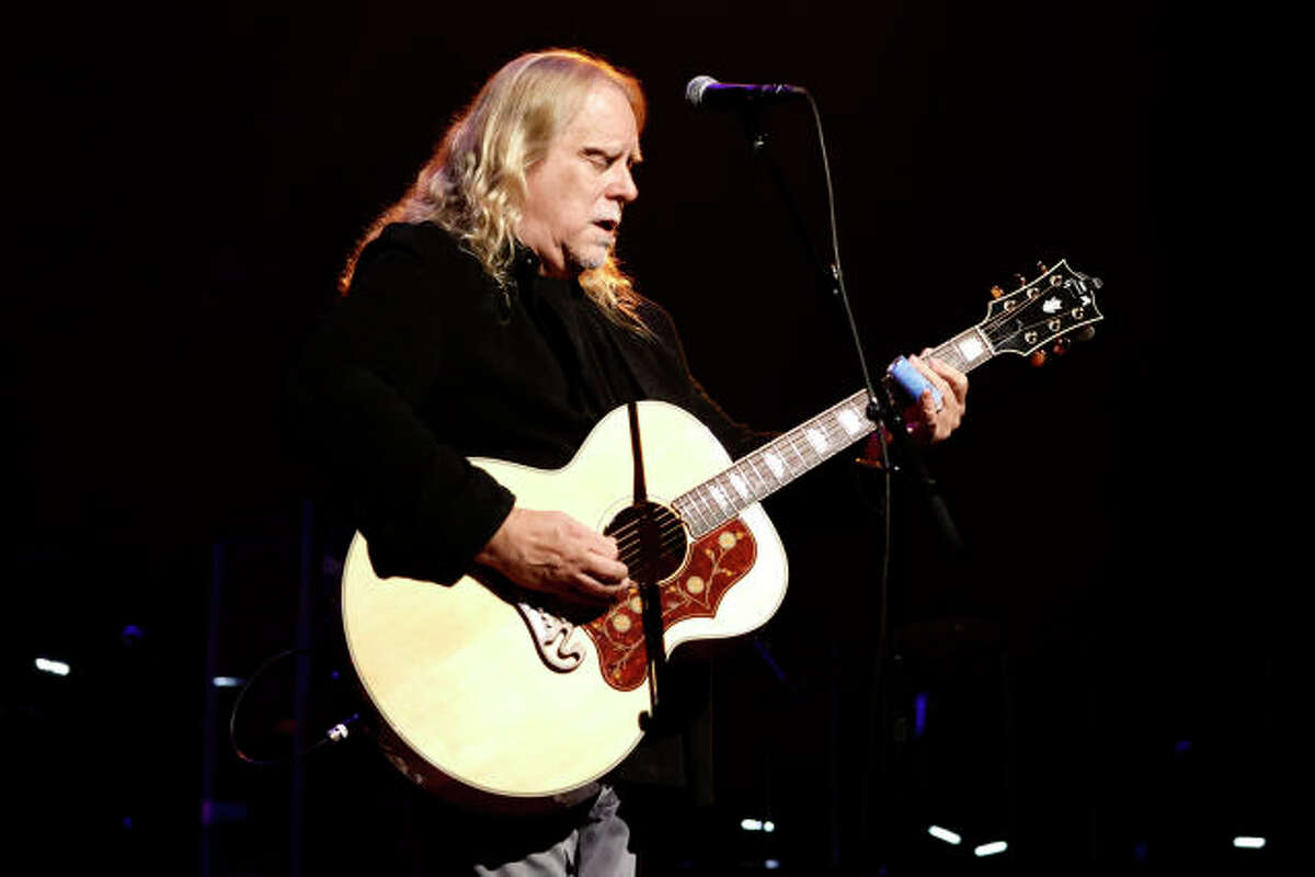 Warren Haynes playing acoustic. (Getty Images)