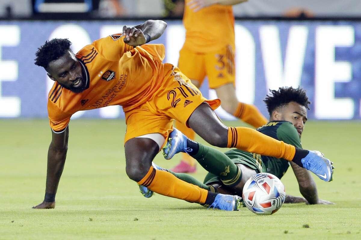 Derrick Jones (izq.) recupera el balón ante Eryk Williamson en el empate 2-2 entre el Dynamo y Portland Timbers en el partido de fútbol de la MLS disputado el miércoles 23 de junio de 2021 en el BBVA Stadium de Houston. (Foto de Michael Wyke / AP)
