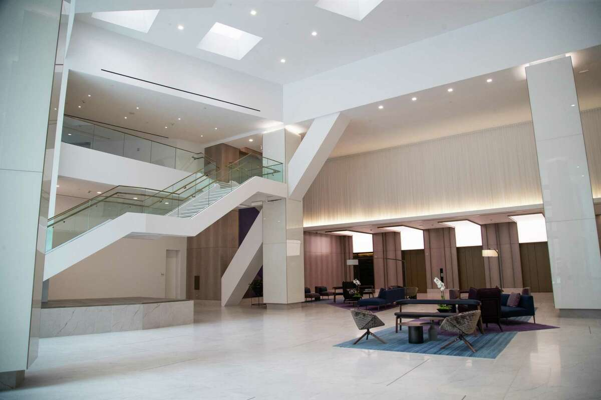 Heritage Plaza has been renovated, replacing the once-popular Texas pink granite that was once considered synonymous with stateliness. The new commercial real estate trend favors bright, airy spaces.