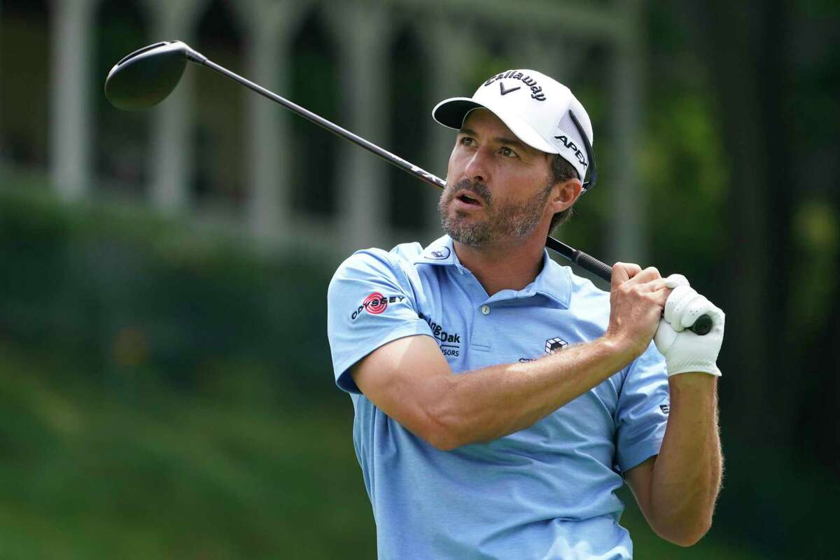 Kevin Kisner watches his tee shot on the 18th tee during the final round of the Travelers Championship on Sunday.