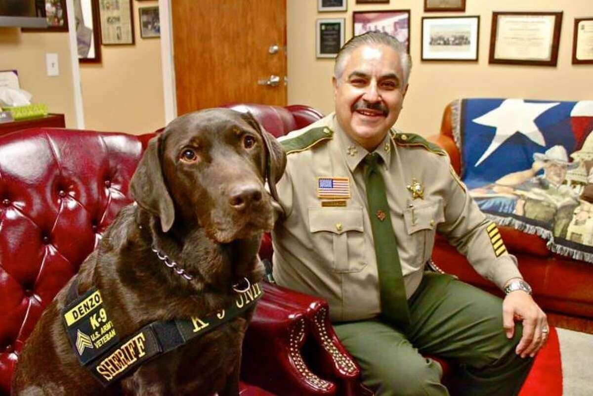 El sargento canino Denzo posa para una fotografía junto al alguacil del Condado de Webb, Martín Cuéllar.
