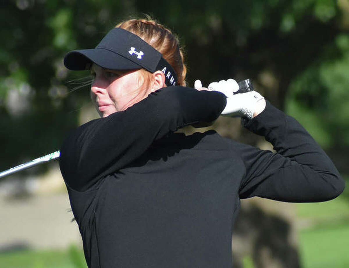 Riley Lewis watches her tee shot during the 87th Illinois Women's Amateur Championship in Forsythe in 2020.