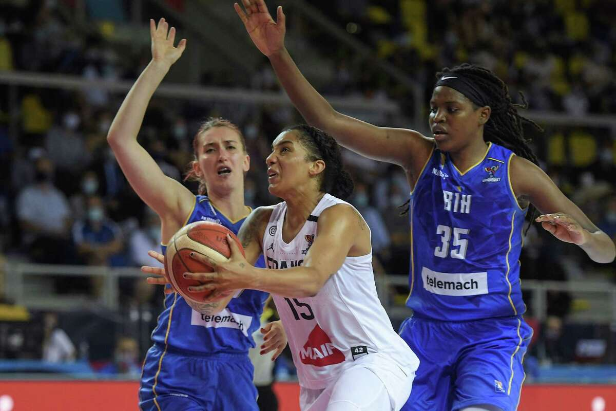 Frances forward Gabby Williams (C) is challenged by Bosnia-Herzegovinas center Jonquel Jones during the quarter-final Women's Eurobasket match between France and Bosnia and Herzegovina in Strasbourg, eastern France, on June 23, 2021. (Photo by Frederick FLORIN / AFP) (Photo by FREDERICK FLORIN/AFP via Getty Images)
