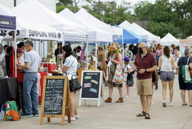 People visit the Urban Harvest Farmers Market at 2752 Buffalo Speedway on Saturday, June 12, 2021, in Houston. Photo: Godofredo A. Vásquez, Houston Chronicle / Staff Photographer / © 2021 Houston Chronicle