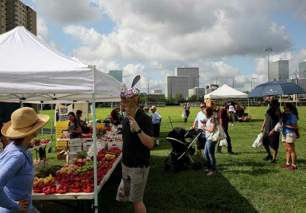 People visit the Urban Harvest Farmers Market - which is located at 2752 Buffalo Speedway - on Saturday, June 12, 2021, in Houston. Photo: Godofredo A. Vásquez, Houston Chronicle / Staff Photographer / © 2021 Houston Chronicle
