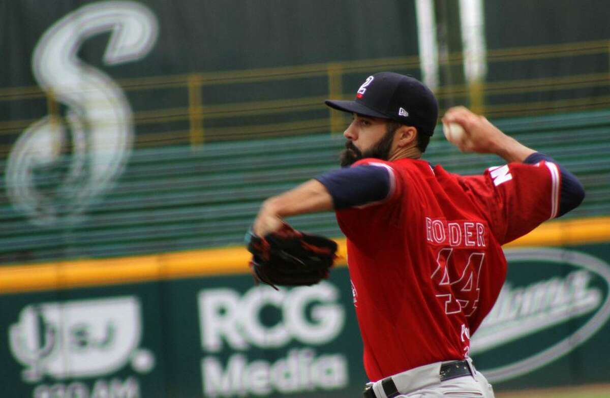 Pitcher Josh Roeder suffered his first loss of the season as the Tecolotes Dos Laredos fell to the Saraperos de Saltillo on Tuesday.