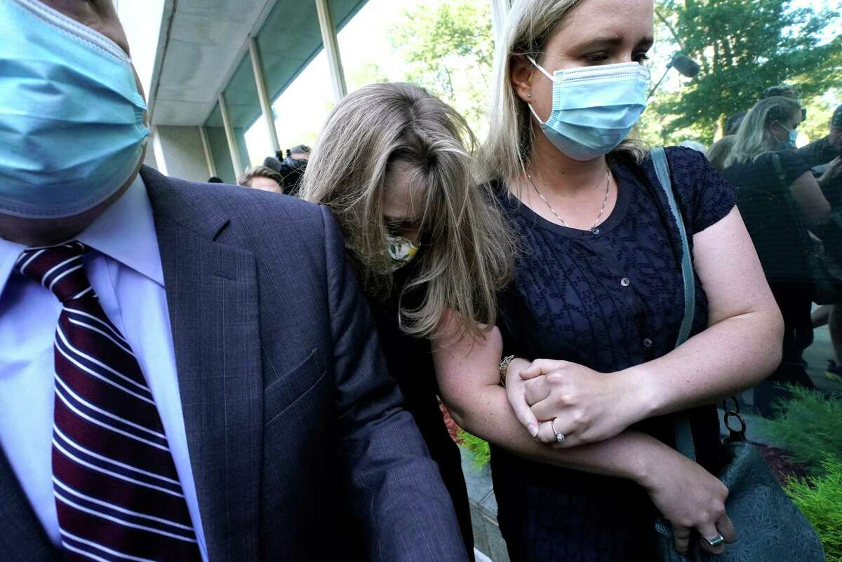 German-born American TV actress Allison Mack(C) arrives at Brooklyn Federal Court on June 30, 2021 in New York, to be sentenced for her role in the alleged sex cult NXIVM. - Along with Clare Bronfman, heiress of the Seagrams liquor empire, Mack and other defendants were arrested last year and accused of having helped operate a criminal enterprise for self-help guru Keith Raniere, who was charged with sex trafficking. Mack pleaded guilty to charges she manipulated women into becoming sex slaves for the groups spiritual leader. (Photo by TIMOTHY A. CLARY / AFP)