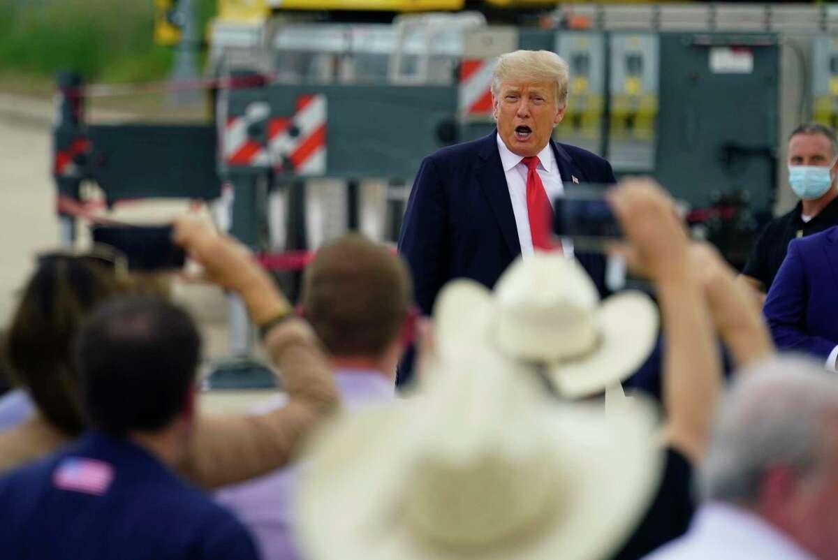 El expresidente Donald Trump hace declaraciones el miércoles 30 de junio de 2021 durante una visita a una sección inconclusa del muro fronterizo con el gobernador de Texas, Greg Abbott, en Pharr, Texas.