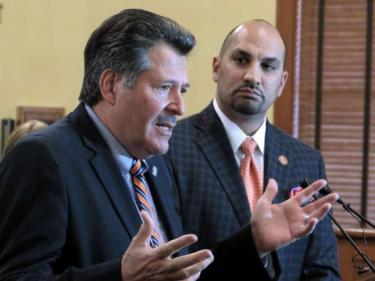 El alcalde Pete Sáenz y el Juez del Condado de Webb, Tano Tijerina, aparecen en esta fotografía de 2017 en la Corte de Comisionados del Condado de Webb. Cada uno de ellos expresó su deseo de unirse al gobernador Greg Abbot en la lista de condados declarando un desastre en la frontera esta semana.