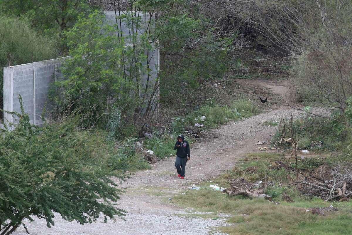 Un hombre camina por la orilla del río en Ciudad Miguel Alemán, México, frontera con Roma, Texas, el miércoles 9 de junio de 2019. Un ataque en el que murieron nueve hombres tuvo lugar en esta ciudad el martes 29 de junio de 2021.