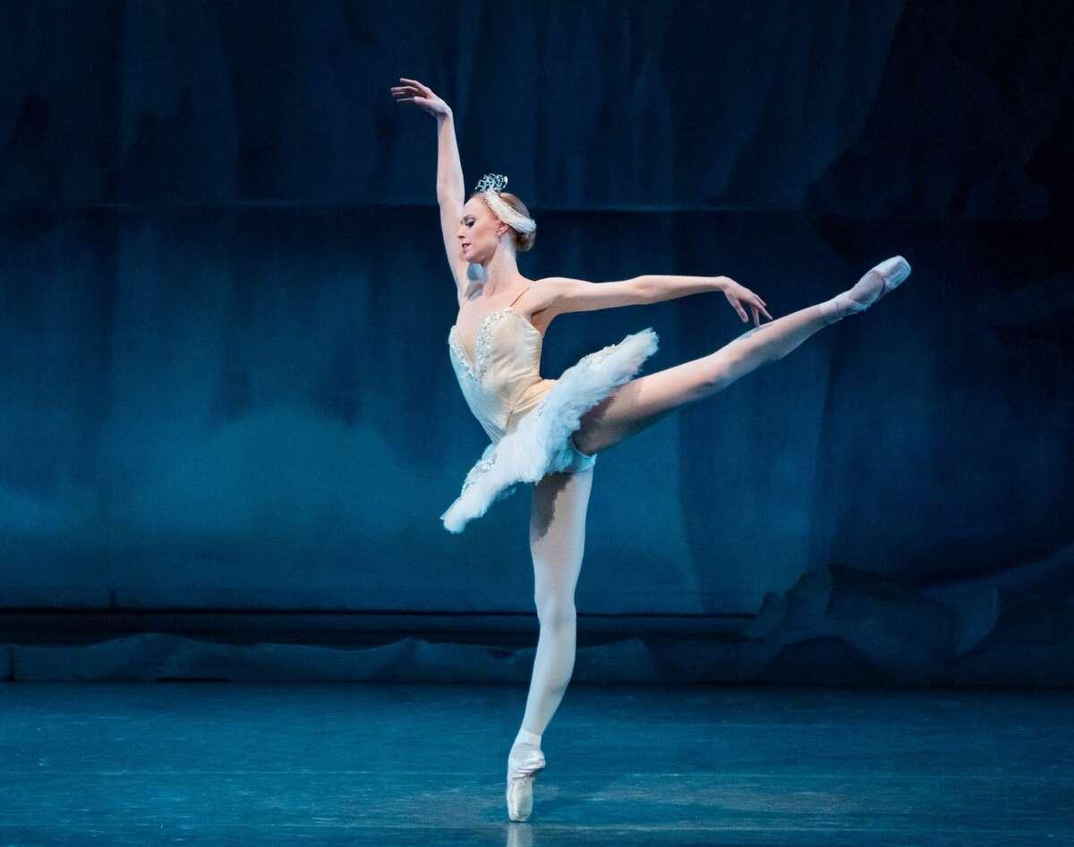 """New York City BalletPrincipalDancer Teresa Reichlen inGeorge Balanchine's""""Swan Lake"""".Photocredit:Paul Kolnik"""