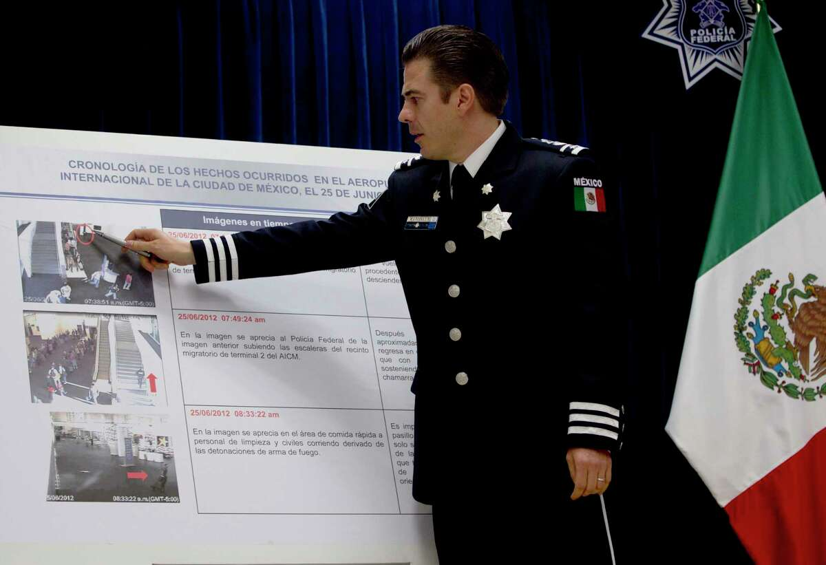 En esta fotografía de archivo del 28 de junio de 2012, Luis Cárdenas Palomino, jefe de la División de Seguridad Regional de la Policía Federal de México, señala imágenes de una cámara de vigilancia en el aeropuerto internacional relacionadas con un tiroteo, durante una conferencia de prensa en la Ciudad de México. Cárdenas Palomino fue arrestado el lunes 5 de julio de 2021 acusado de tortura.