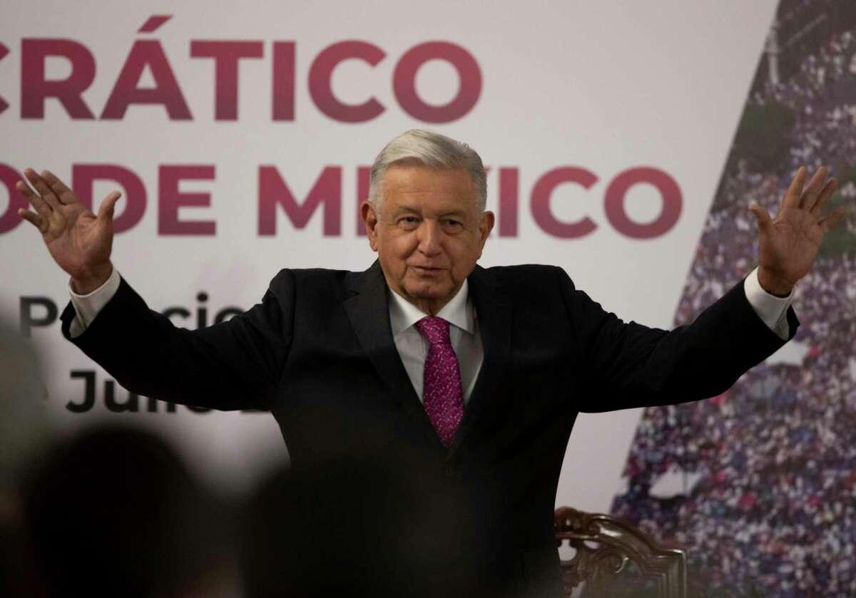 El presidente mexicano Andrés Manuel López Obrador saluda a la audiencia después de dar un discurso en una ceremonia que marcó el tercer aniversario de la elección presidencial en el Palacio Nacional en la Ciudad de México el 1 de julio de 2021.