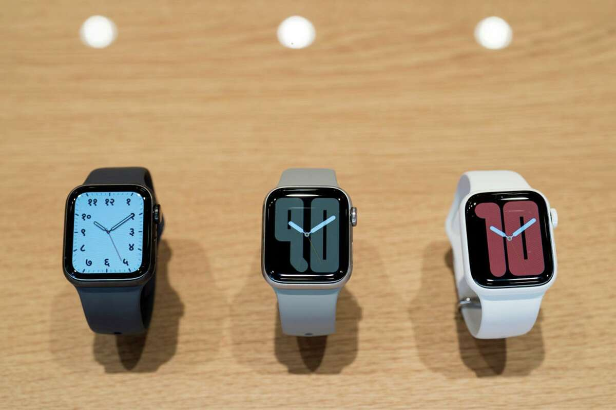 Apple Watch Series 5 devices are displayed in the Apple Marunouchi store on September 20, 2019 in Tokyo, Japan. (Photo by Tomohiro Ohsumi/Getty Images/TNS)