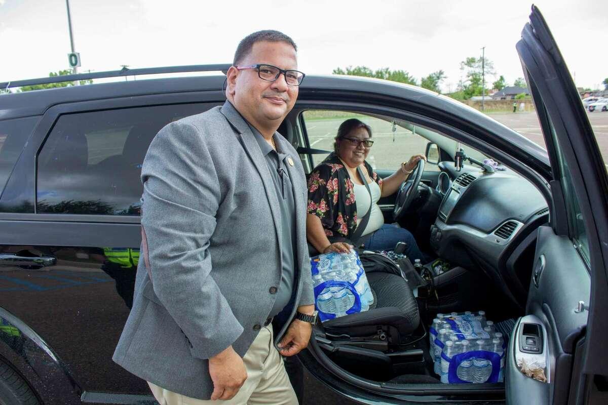 Empleados de Laredo College distribuyen agua embotellada a laredenses por el reciente aviso de hervir agua