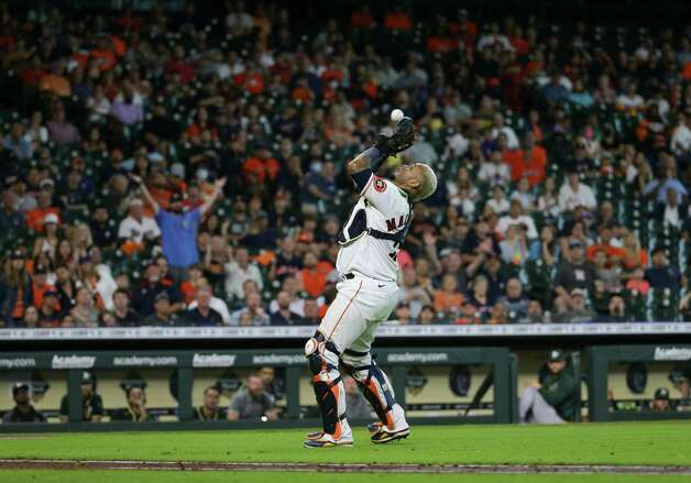 Houston Astros catcher Martin Maldonado (15) catches a ball for an out against the Oakland Athletics during the eighth inning of an MLB game at Minute Maid Park on Thursday, July 8, 2021, in Houston. Photo: Godofredo A. Vásquez, Staff Photographer / © 2021 Houston Chronicle