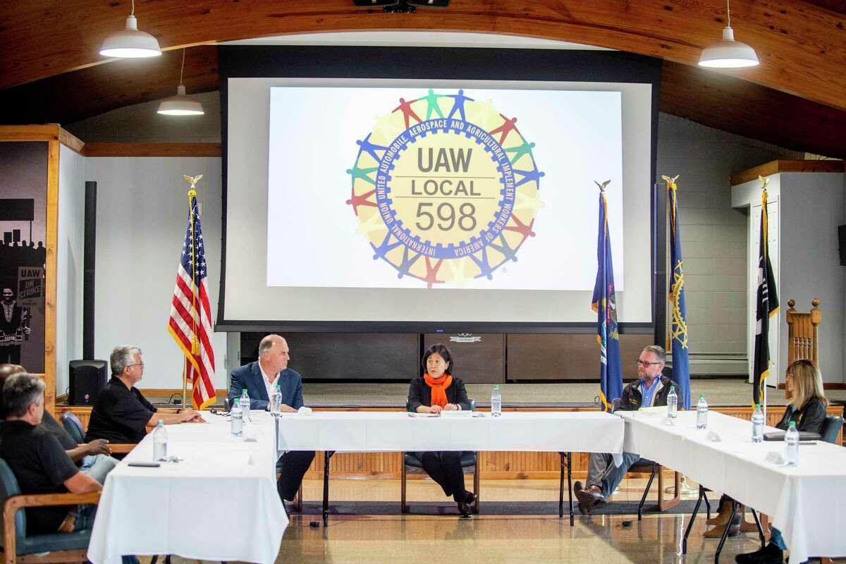 La representante comercial de Estados Unidos, Katherine Tai, habla en una mesa redonda sobre su primer viaje interno fuera de Washington, D.C, el lunes 21 de junio de 2021, en Flint, Michigan.